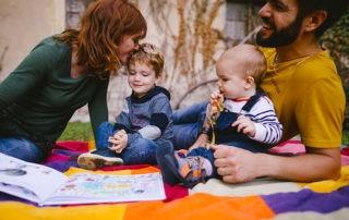 en famille sur une couverture colorée