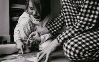 reportage famille angers pyjama mains serrées
