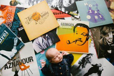 un bébé est allongé sur un parterre de disques vinyles