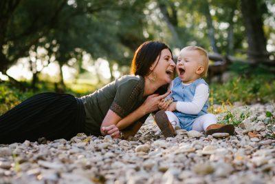 une maman et sa fille sur une plage de cailloux