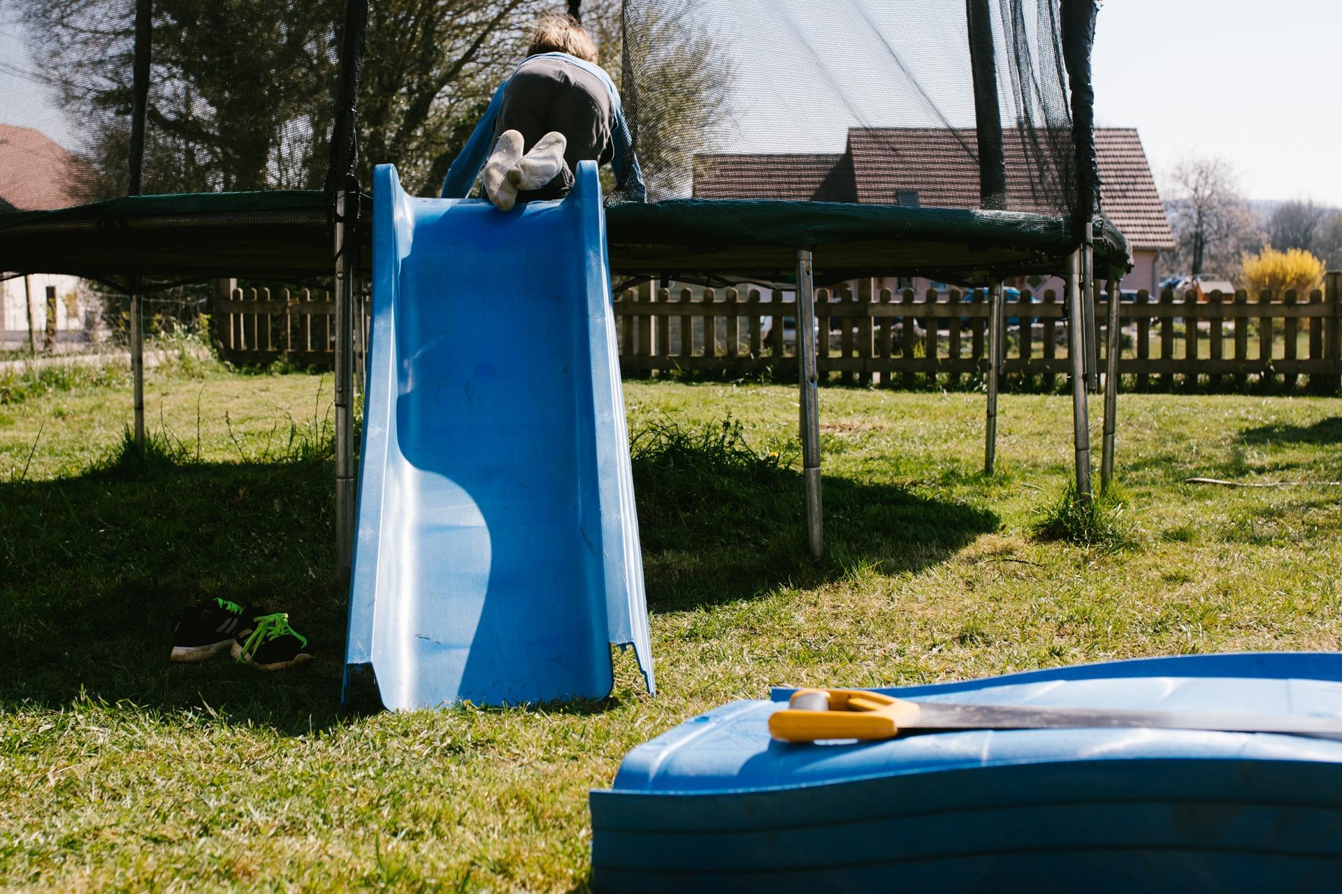 toboggan scié par les enfants pour monter sur le trampoline