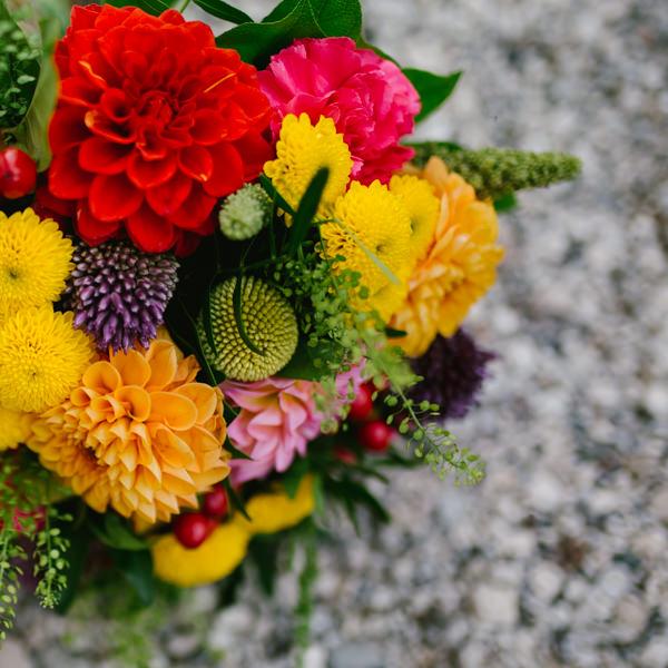 bouquet de la mariée coloré les pieds dans l'herbe