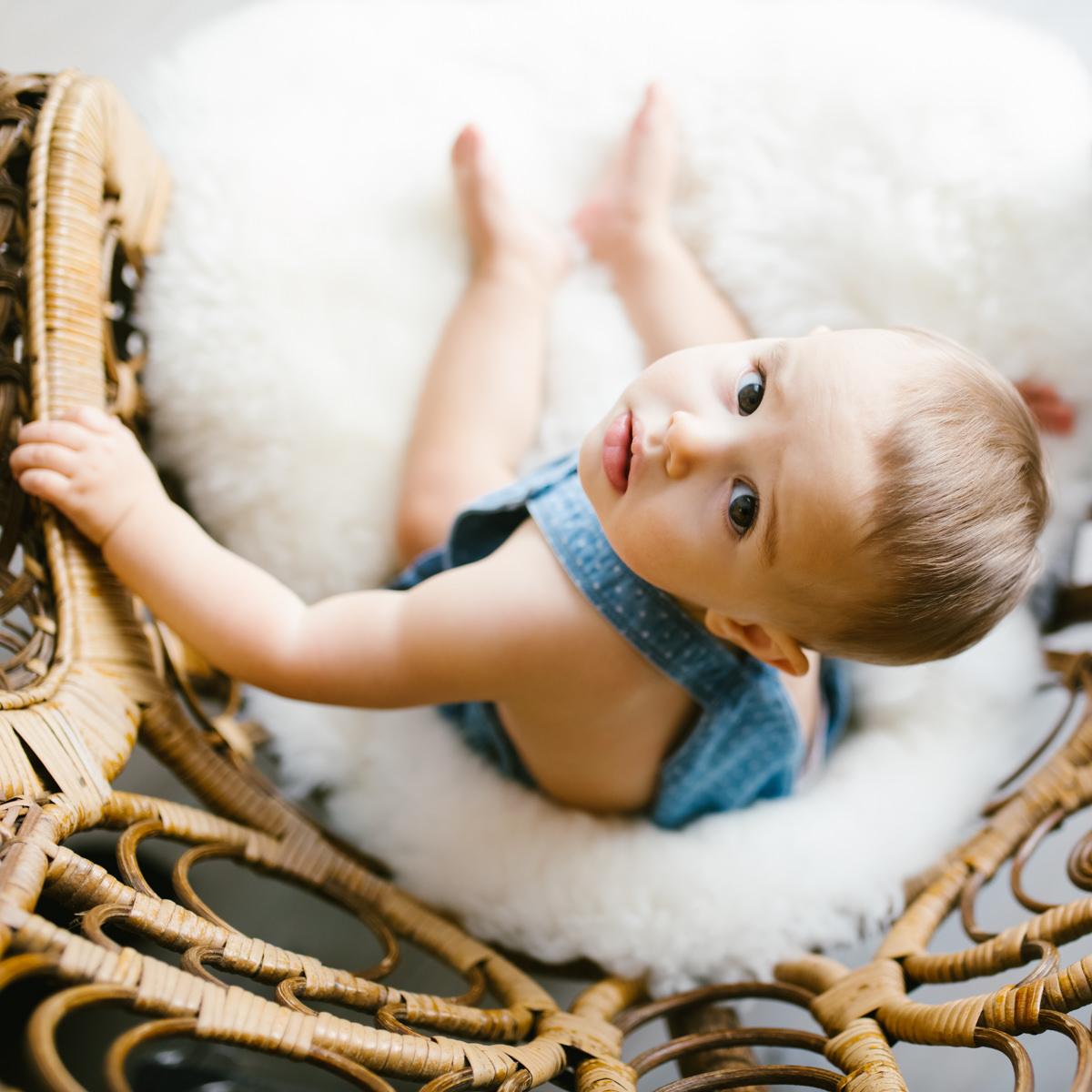 bébé dans un fauteuil vue de plongée