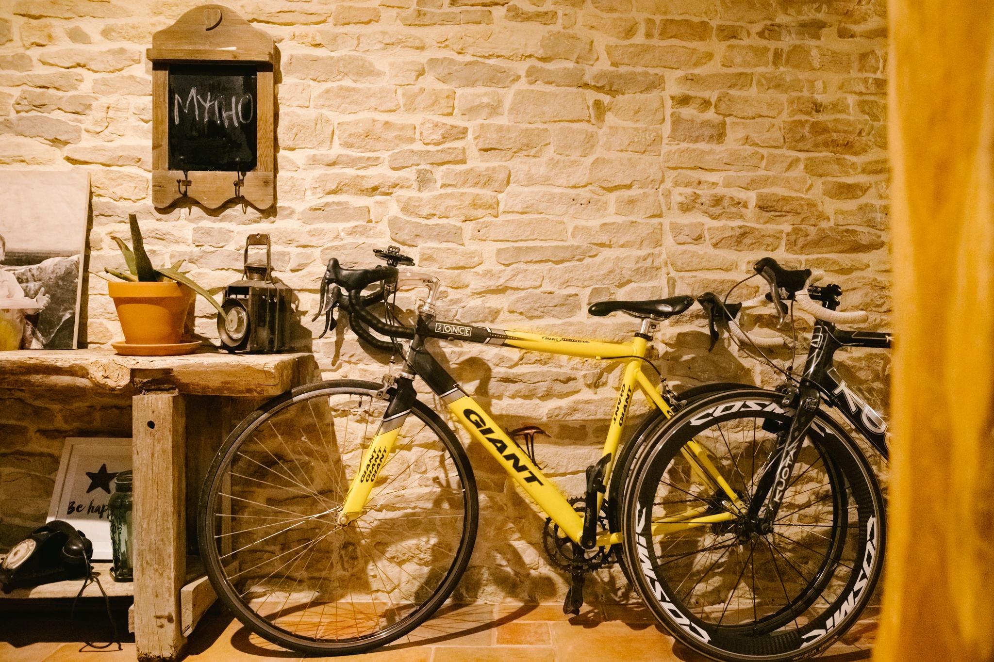 vélos de route posés dans une entrée