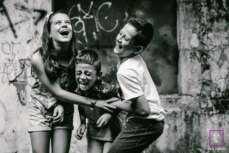 trois enfants hurlent de rire noir et blanc