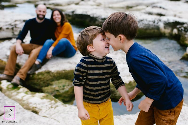deux enfants en train de se faire des bisous d'esquimaux
