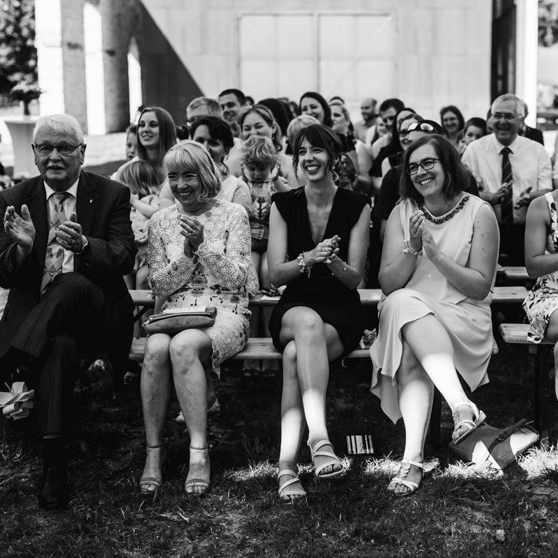 cérémonie laïque premier rang itémoins qui applaudissent