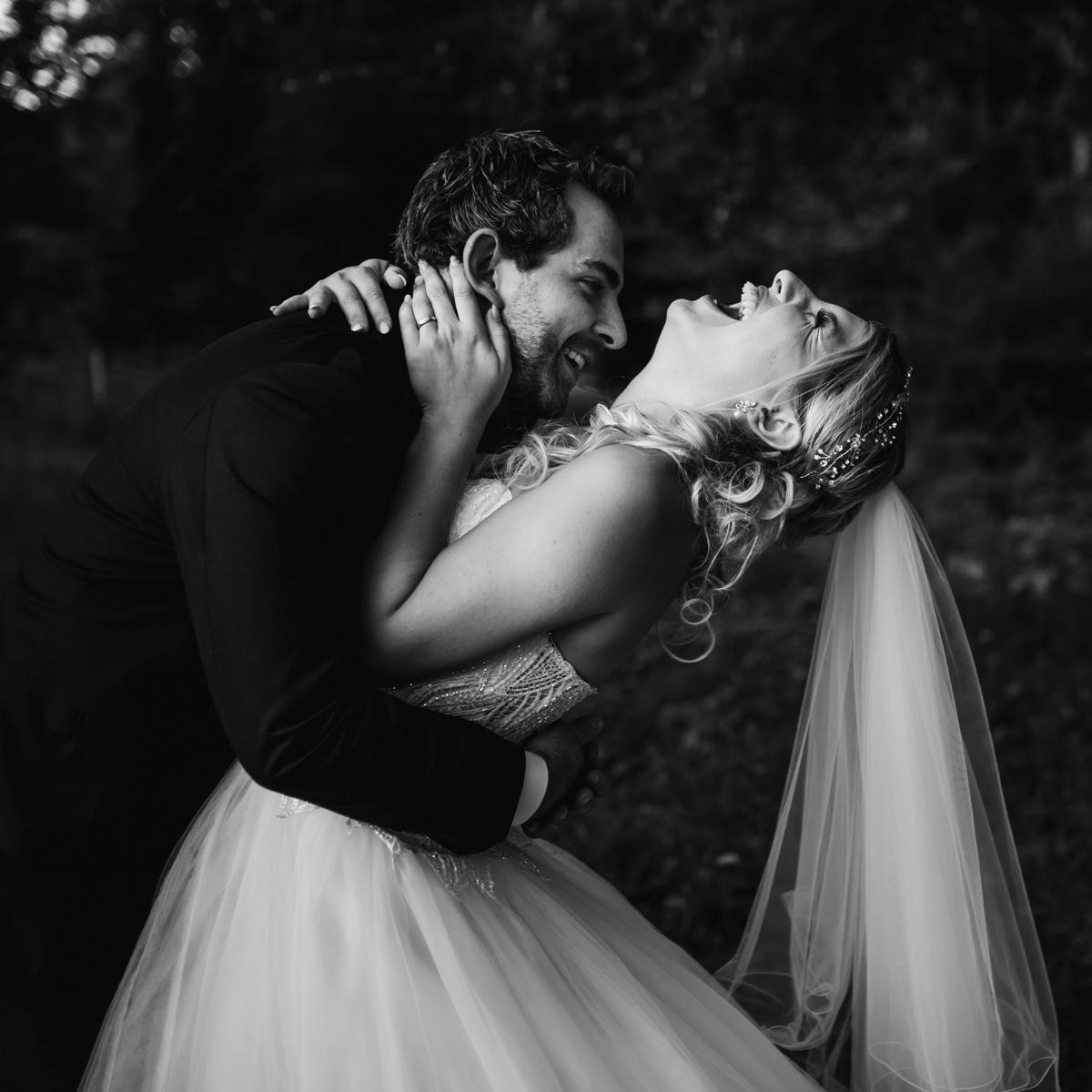 couple riant aux éclats photo noir et blanc