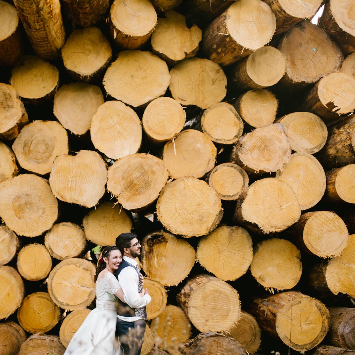 couple mariés pile de bois haut doubs