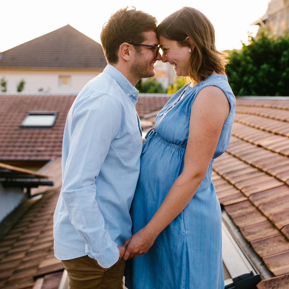 un couple amoureux attendent un bébé sur les toits de besancon